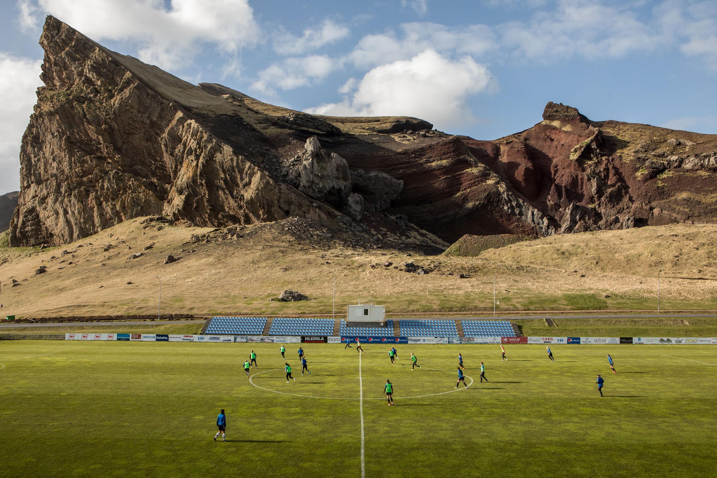 Первый футбольный клуб Исландии — «Викингур» из Рейкьявика — появился в 1908 году. На его счету пять званий чемпиона Исландии и победа в национальном кубке в 1971 году. Клуб существует до сих пор и вместе с 11 другими входит в высший дивизион «Урвальсдейльд карла» — главную футбольную лигу страны, которая появилась в 1912 году.  В отличие от других существующих европейских чемпионатов, турнир в Исландии не прекращался во время Второй мировой войны.