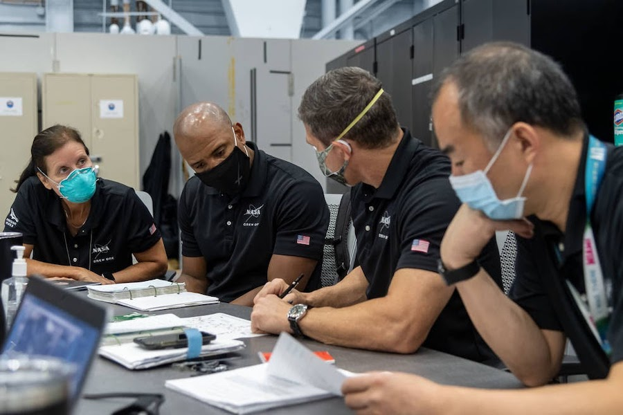 Специалист миссии Шеннон Уокер, слева, пилот Виктор Гловер и командир Экипажа Dragon Майкл Хопкинс— все из NASA— вместе со специалистом миссии Японского агентства аэрокосмических исследований (JAXA) Соити Ногучи в ноябре 2020 года отправились на МКС с миссией SpaceX Crew-1 из комплекса Launch Complex 39A в космическом центре NASA имени Кеннеди во Флориде