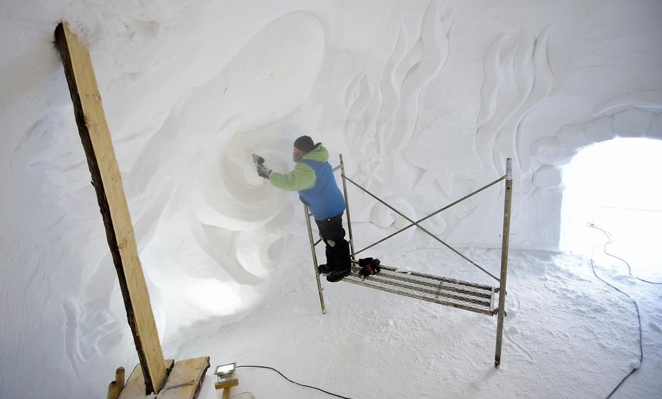 Резчики поснегу Сергей Зиннер иШура Шестаков украсили внутренние стены иглу рисунками
