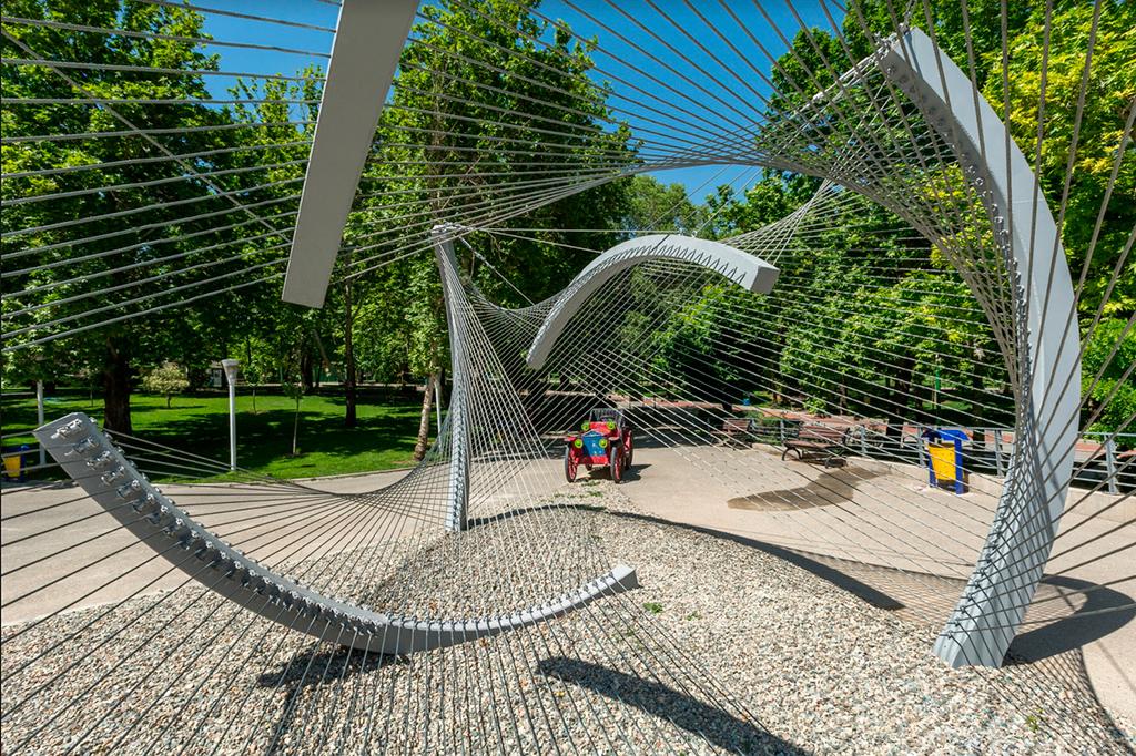 Название проекта: «Инсталляция № 5» Какой вуз представляет: CAAT Studio, Иран   Скульптурная инсталляция навес-скамейка из стальных кабелей
