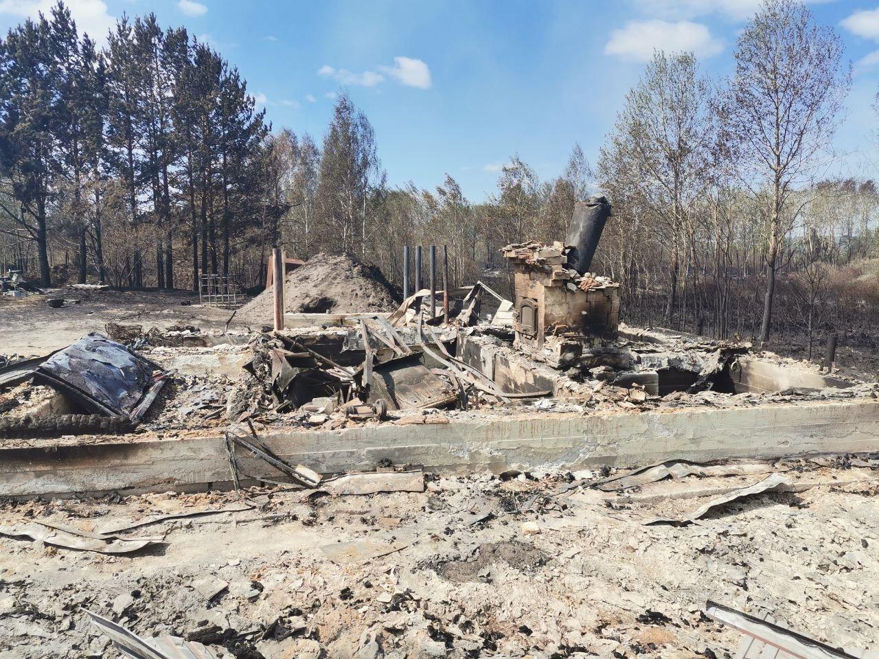 От большинства домов остались только фундамент и обгоревшее железо