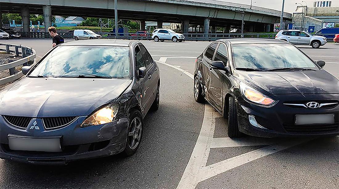 <p>У водителей, выезжающих с прилегающих территорий или осуществляющих поворот, отсутствует обязанность уступать дорогу нарушителям ПДД.</p>