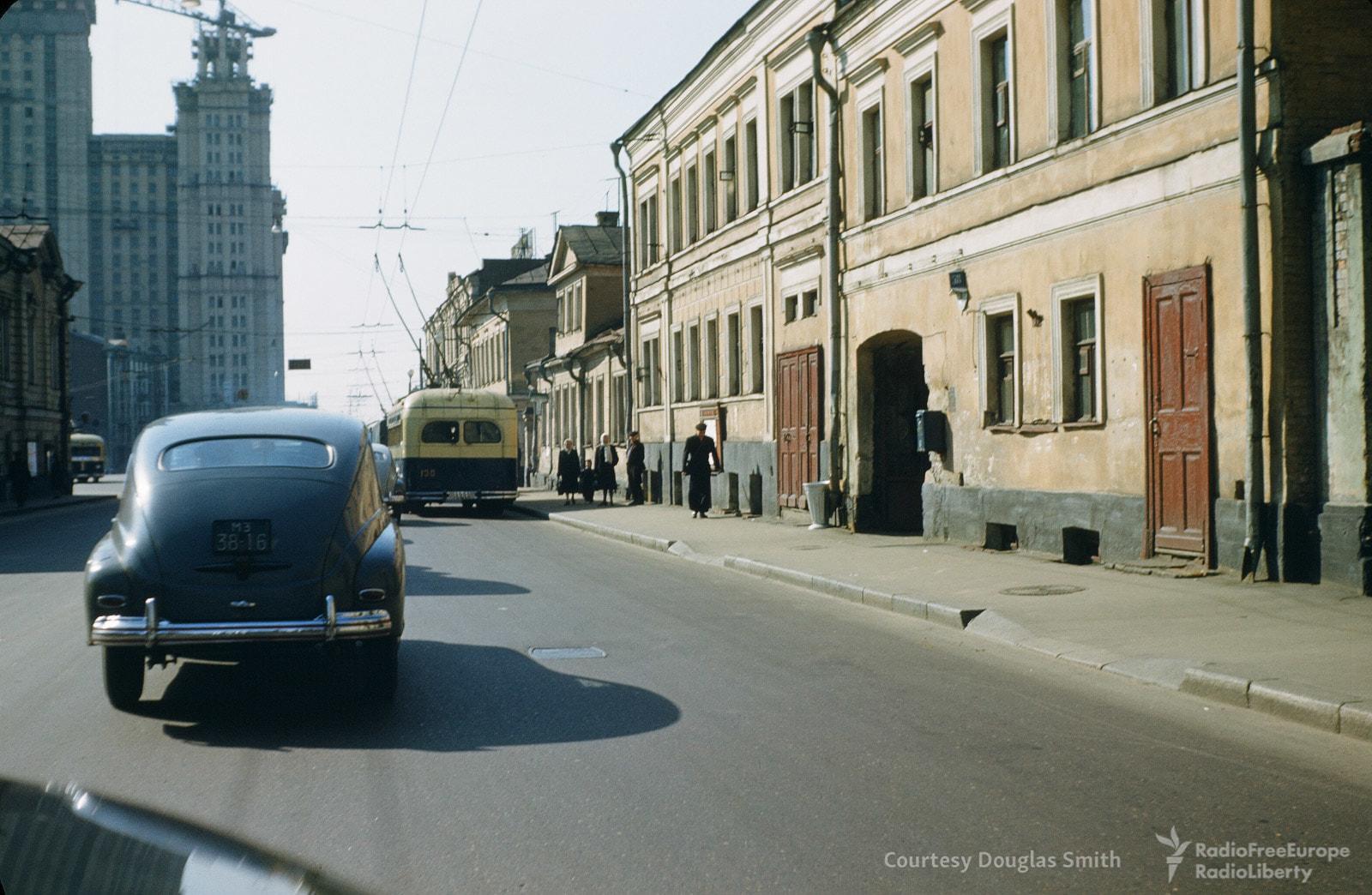 Автомобили итроллейбусы наулице Герцена (сейчас улица называется Большой Никитской)