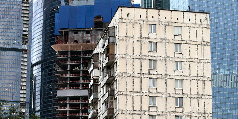 Жилой дом микрорайона «Камушки» и строящийся дом в районе Пресненский