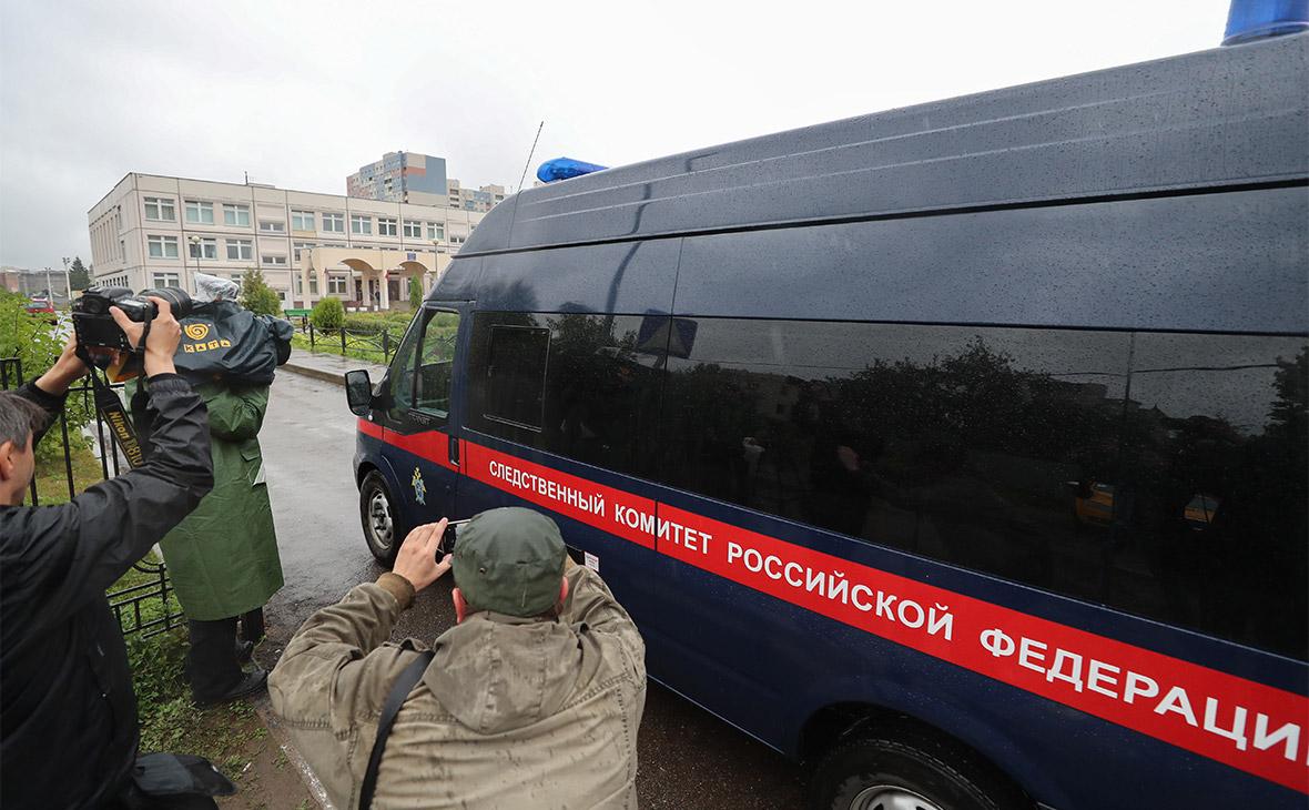 Автомобиль Следственного комитета РФ у здания школы №1 в Ивантеевке