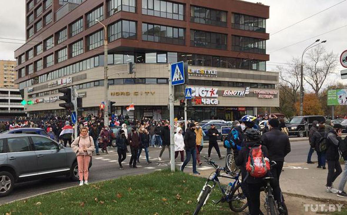 Протестующие на перекрестке Логойского тракта и улицы Гамарника в Минске