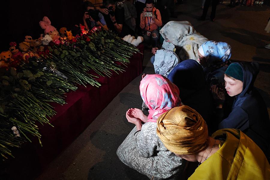 Горожане у стихийного мемориала около школы № 175