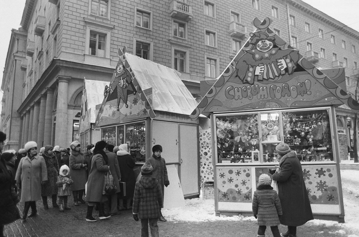 Предновогодняя торговля на Арбате. 1986 год