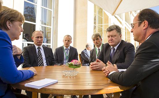 Президент Франции Франсуа Олланд, канцлер Германии Ангела Меркель, президент России Владимир Путин и президент Украины Петр Порошенко на встрече в Париже