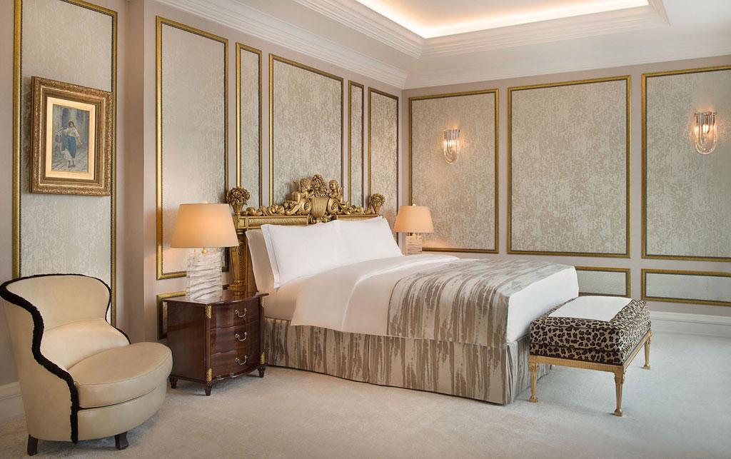 Ritz-Carlton Moscow  К услугам гостей такжепросторная гостиная сроялем иобеденной зоной, двумя каминами, кабинетом сбиблиотекой, гардеробной комнатой икомнатой дляпереговоров свысочайшими стандартами безопасности, включаяавтономную систему энергоснабжения ителекоммуникационную систему. Сутки проживания впрезидентском люксе отеля Ritz-Carlton обойдутся в1,18 млнруб., включаяНДС