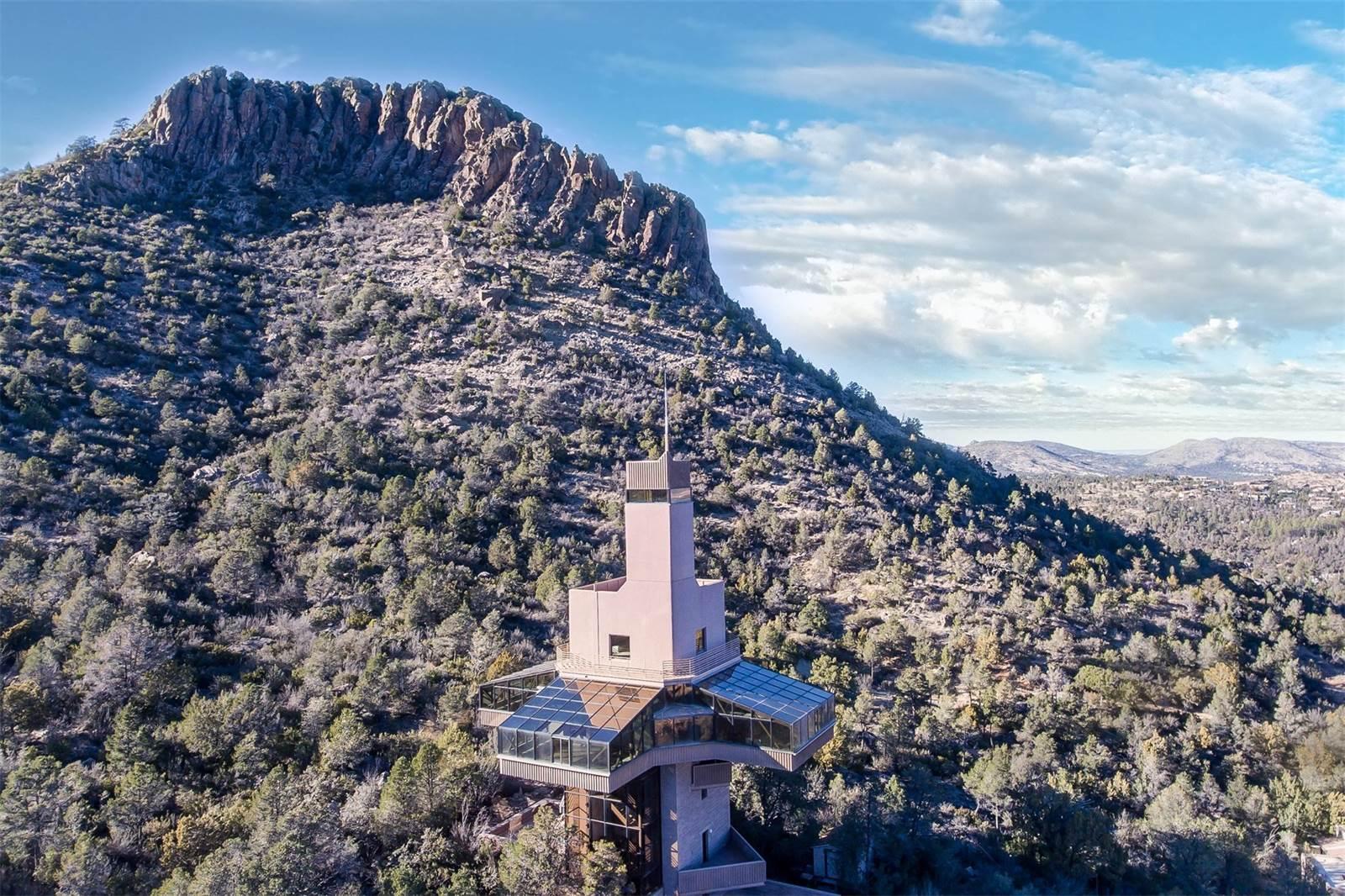 Дом-маяк построен вформе плюса награнице пустыни илесопарка. Форму ирасположение автор объясняет желанием «…непростопостроить здание, нои заложить внего очень хороший скрытый смысл»