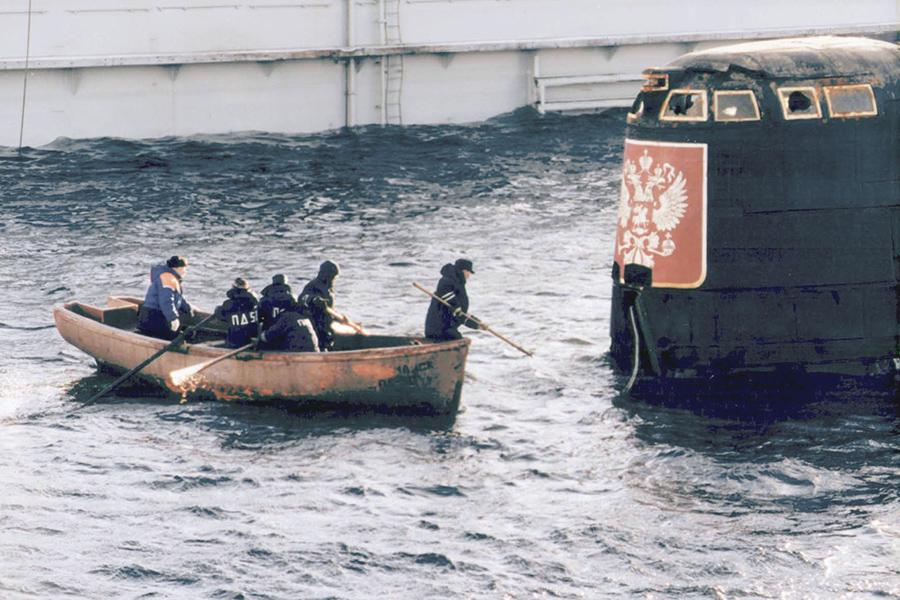 Команда плавучего дока ПД-50 осуществляет внешний осмотр рубки АПЛ «Курск»