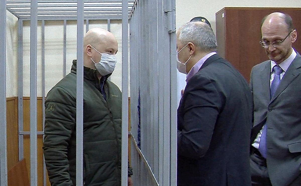 Александр Краковский (слева), задержанный по обвинению в злоупотреблении должностными полномочиями