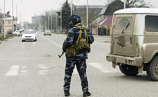 Сотрудник МВД Чечни патрулирует улицу недалеко от Дома печати в Грозном