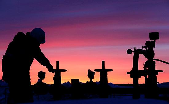 Рабочий на месторождении нефти в Башкортостане