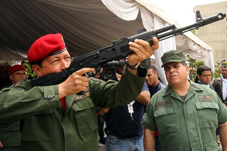 Уго Чавес с автоматом АК-103. 2006 год