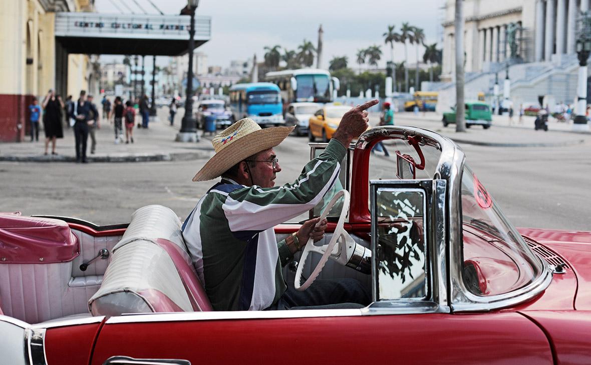 Кубинцы на улице в районе «Старая Гавана»