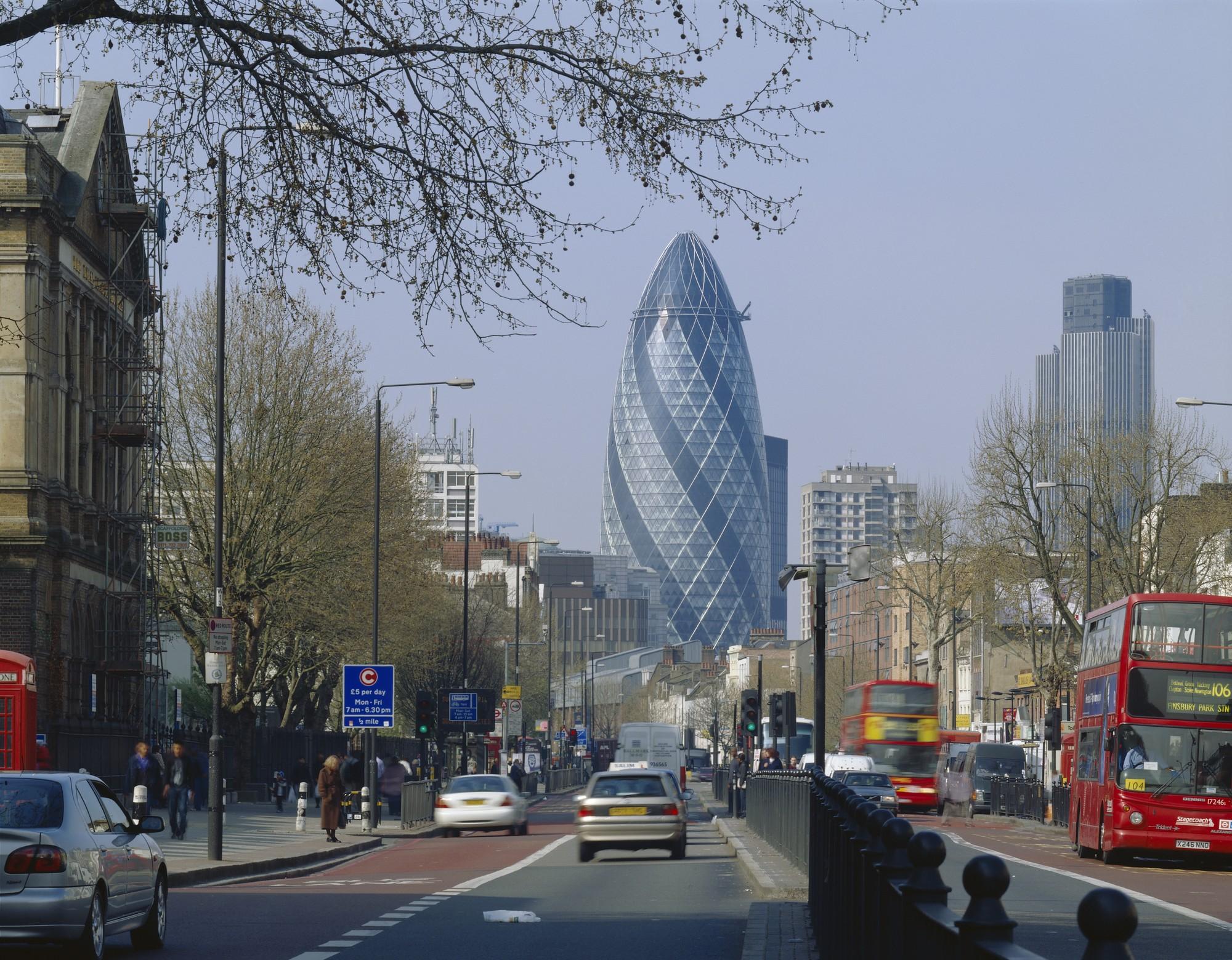 Одной из самых известных работ по проекту Фостера в стиле био-тек стал небоскреб в Лондоне, получивший из-за своего внешнего вида не самое благозвучное название — «Огурец». Однако именно такая ветрообтекаемая форма способствует температурной регуляции и циркуляции воздуха внутри здания, значительно снижая затраты электроэнергии