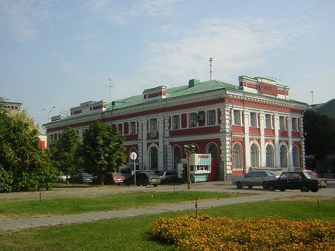 Здание Саратовской биржи, построенное в 1890 году. Здесь проходили торги до революции, а в 20-х годах прошлого века торги возобновились. После ликвидации биржи в здании открылся солдатский клуб, а в 1935 году в бывшем биржевом корпусе заработал исторический факультет Саратовского университета