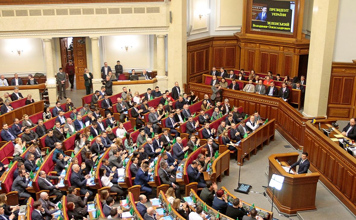 Владимир Зеленский (внизу справа) во время выступления на внеочередном заседании Верховной рады