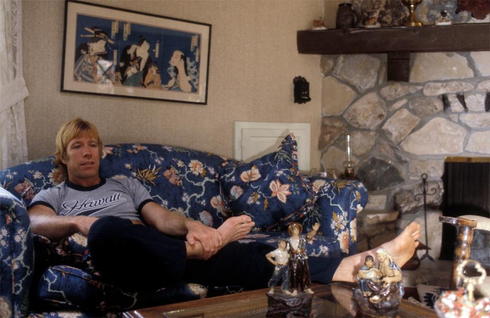 Чак Норрис в одном из своих домов в Калифорнии, 1981 год