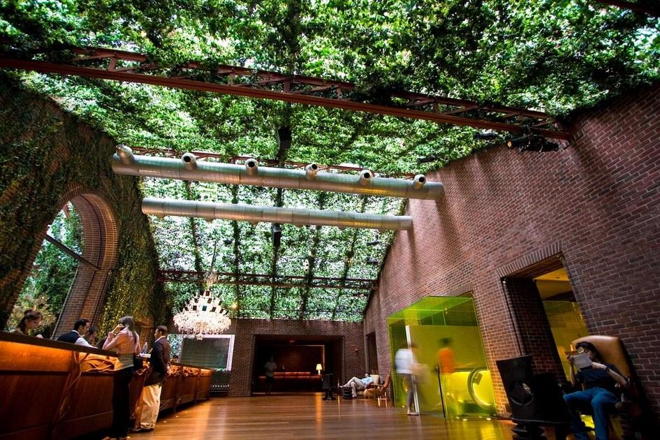 Альтернативное исполнение зоны ресепшен. В отеле Hudson NY Central Park лобби похоже назаросший тропическими растениями железнодорожный вокзал: кирпичная кладка здесь соседствует сперекрытиями, обвитыми зеленью. Такая обстановка создает уникальное настроение ипривлекает гостей засчет особенной ауры места