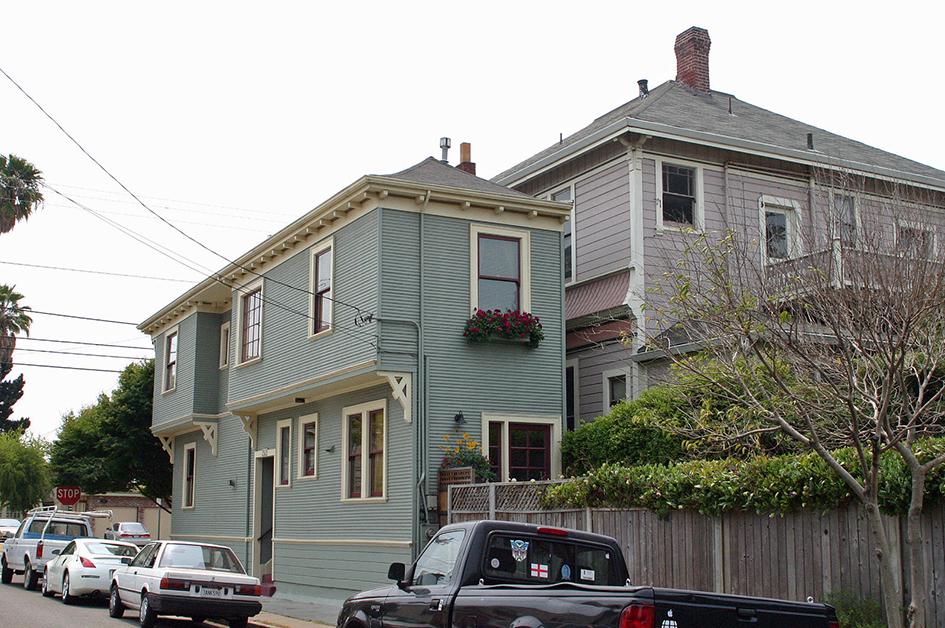 Когда власти города забрали у Чарльза Фролинга большую часть земли для расширения улицы, он возвел этот трехметровый особняк