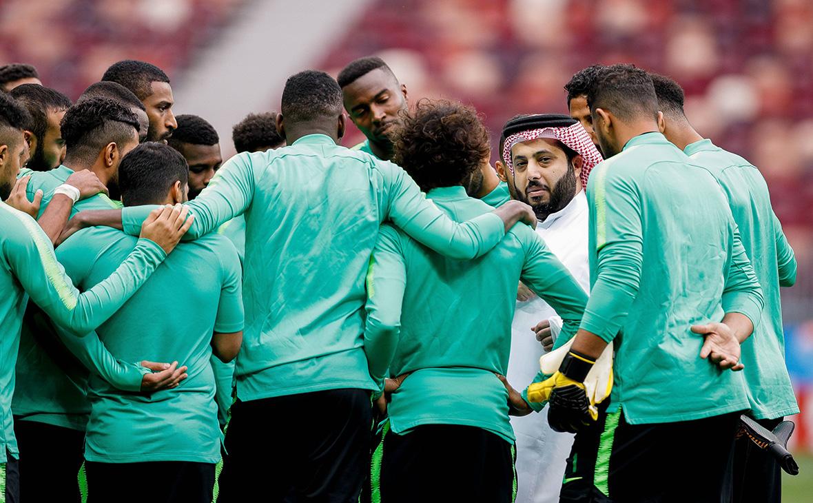 Министр спорта Саудовской АравииТурки Аль-Шейх и члены сборной
