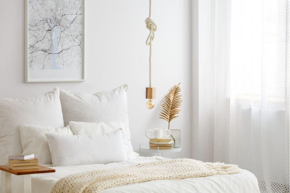 Маленькую спальню лучше сделать в светлых тонах