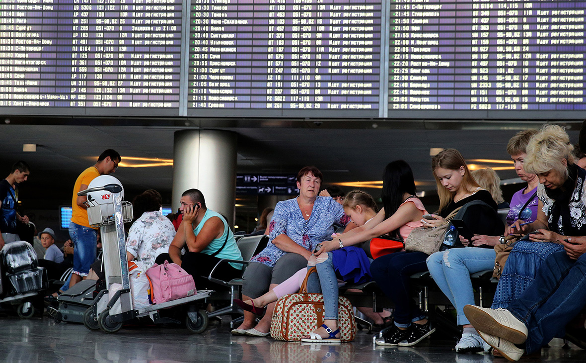 Пассажиры в аэропорту Внуково. 2015 год