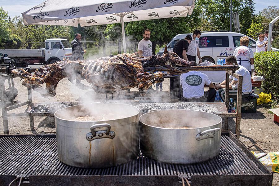Жаренный бык на вертеле, мясом которого в ресторане «Библиотека близ Милютина» угощают сделавших прививку гостей