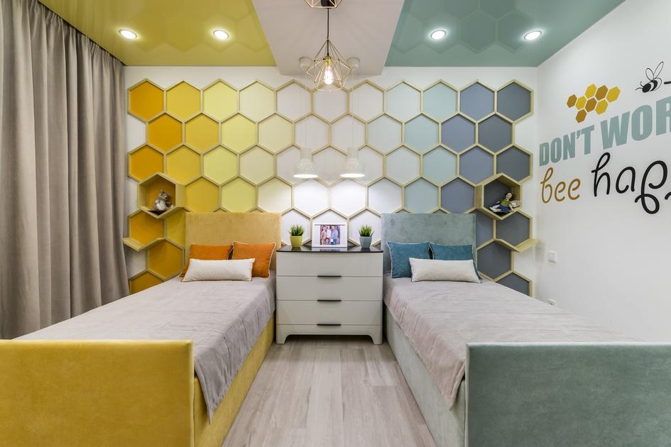 На стене написано Don't worry, bee happy—это строчка изизвестной песни, впереводе означающая «Не беспокойся, будь счастлив». В комнате слово be написано какbee— «пчела»