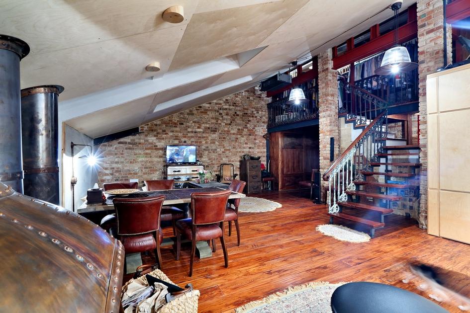 На нижнем уровне находятся прихожая, гостиная и библиотека, а на верхнем обустроены спальня и гардеробная. Площадь этого лофта равна 75 кв. м