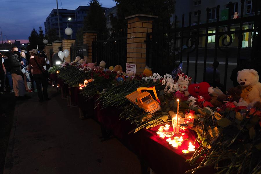 Горожане у стихийного мемориала около школы №175