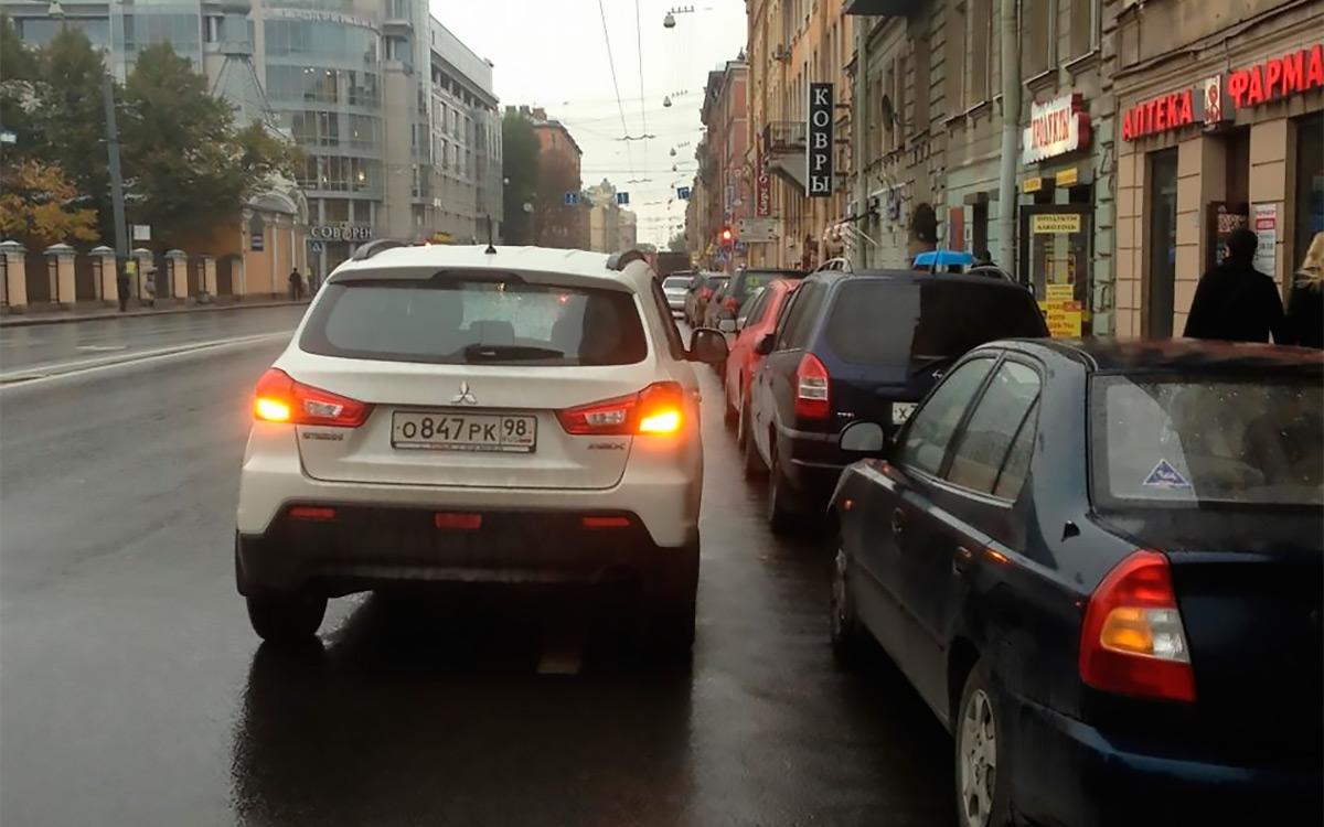 <p>По мнению некоторых автомобилистов, включенный аварийный сигнал дает им право совершить вынужденную остановку совершенно в любом месте.</p>