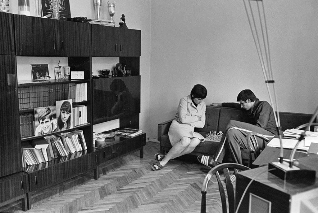 Супруги вгостиной типовой квартиры вовремя игры вшахматы. 1 апреля 1973 года