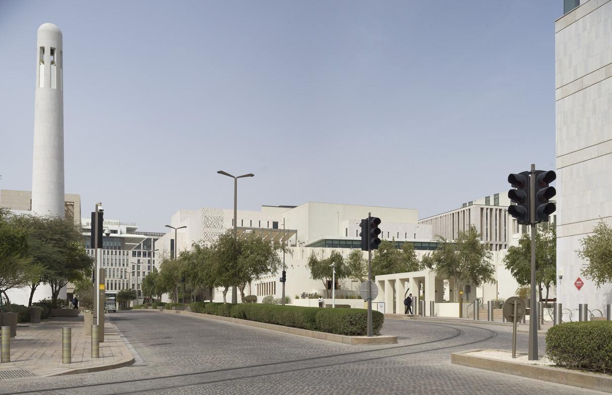 Проект музея, открытого в 2016 году, включает четыреисторические постройки начала XX века, которые символизируюткультурное достояние Дохи. Британское архитектурное бюро John McAslan + Partners сохранила подлинную архитектуру построек, добавив современные технологии и коммуникации. Самым значительным вмешательством стало создание новой подземной галереи под одним из домов