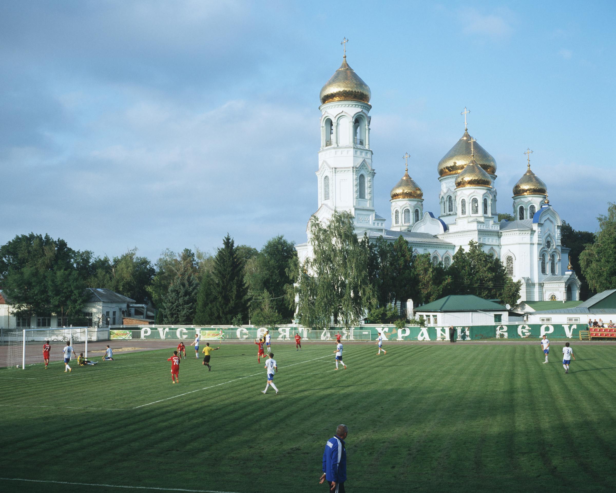 По данным FIFA, во всем мире в футбол играют более 265 млн человек. Из них 2,7 млн футболистов живут в России. Это около 1,8% от всего населения страны. Для сравнения: в Англии, где численность населения втрое ниже, в футбол играют 11,55 млн человек (из них около 3 млн — женщины). Это — 20,9% населения страны. В 200-миллионной Бразилии зарегистрировано 13,2 млн футболистов (не считая тех, кто играет в футбол для своего удовольствия с друзьями) — это 6,2% от населения страны