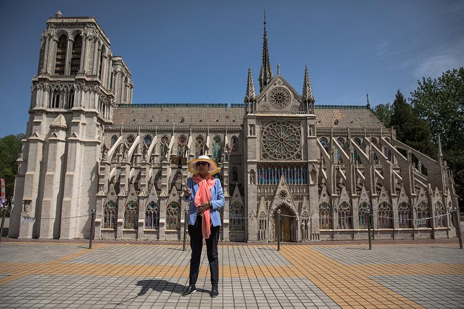 Уменьшенная копия собора Парижской Богоматери в тематическом парке World Park в Пекине