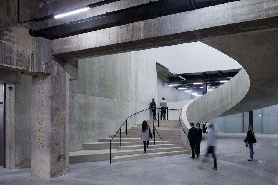 Десятиэтажный Switch House стал первым музейным зданием, которое изначально спроектировано с расчетом на демонстрацию перформансов в реальном времени, инсталляций и фильмов, говорится в описании проекта. Архитекторы считают свое здание новым типом музея, который позволяет показывать современныеформы искусства