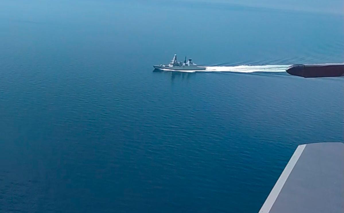Эсминец Defender ВМС Великобритании в районе мыса Фиолент