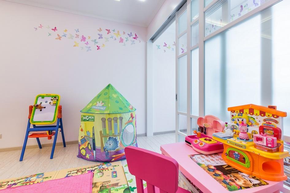 В качестве декора на стене появились бабочки, которые летят сквозь комнату на балкон. В полном соответствии с азиатским каноном балкон отделен от детской раздвижными дверями