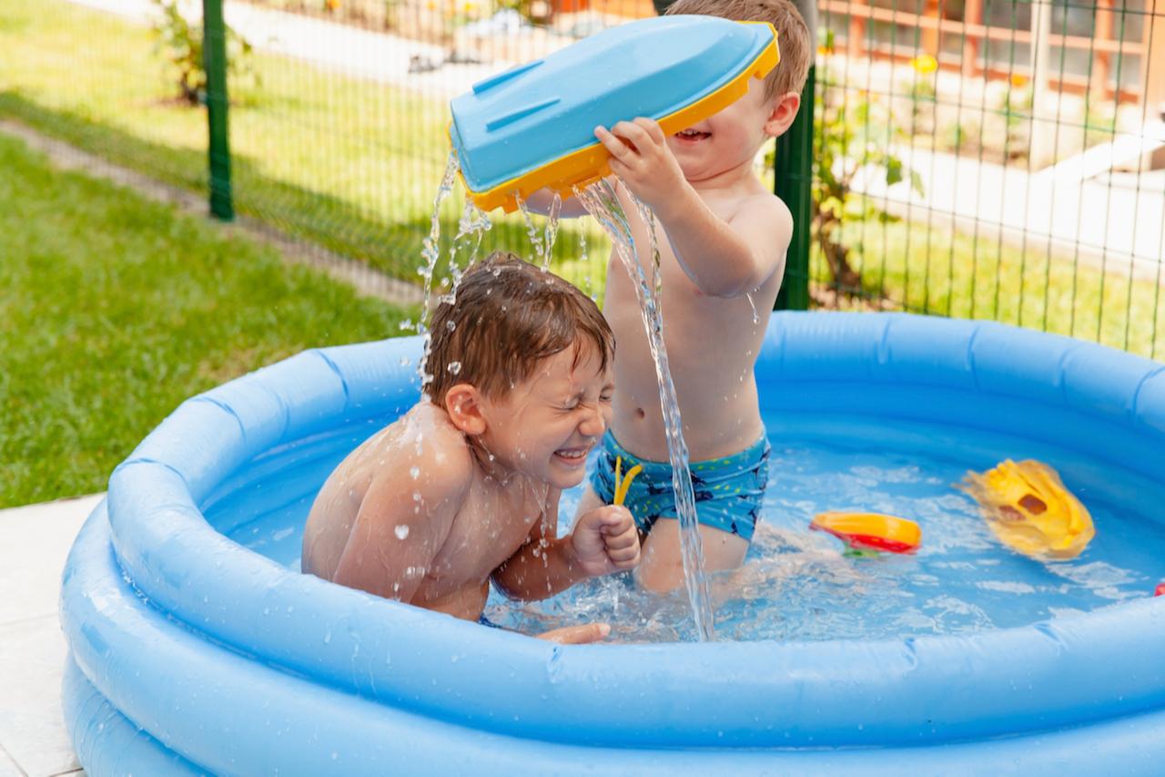 Самый простой и бюджетный вариант установить бассейн здесь и сейчас — купить надувной бассейн