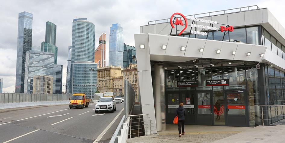 Вид на станцию «Кутузовская» Московского центрального кольца (МЦК) и Московский международный деловой центр «Москва-Сити»