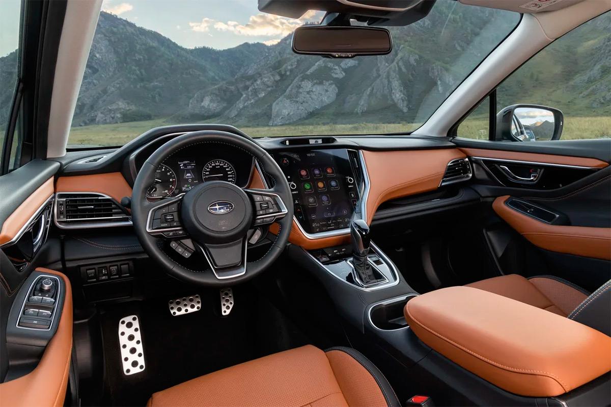Представители Subaru говорят, что именно такая расцветка вызвала ажиотаж среди клиентов: все, дескать, хотят именно коричневый с черным. Спорить не будем — выглядит и правда круто. Да и к качеству сборки никаких претензий.