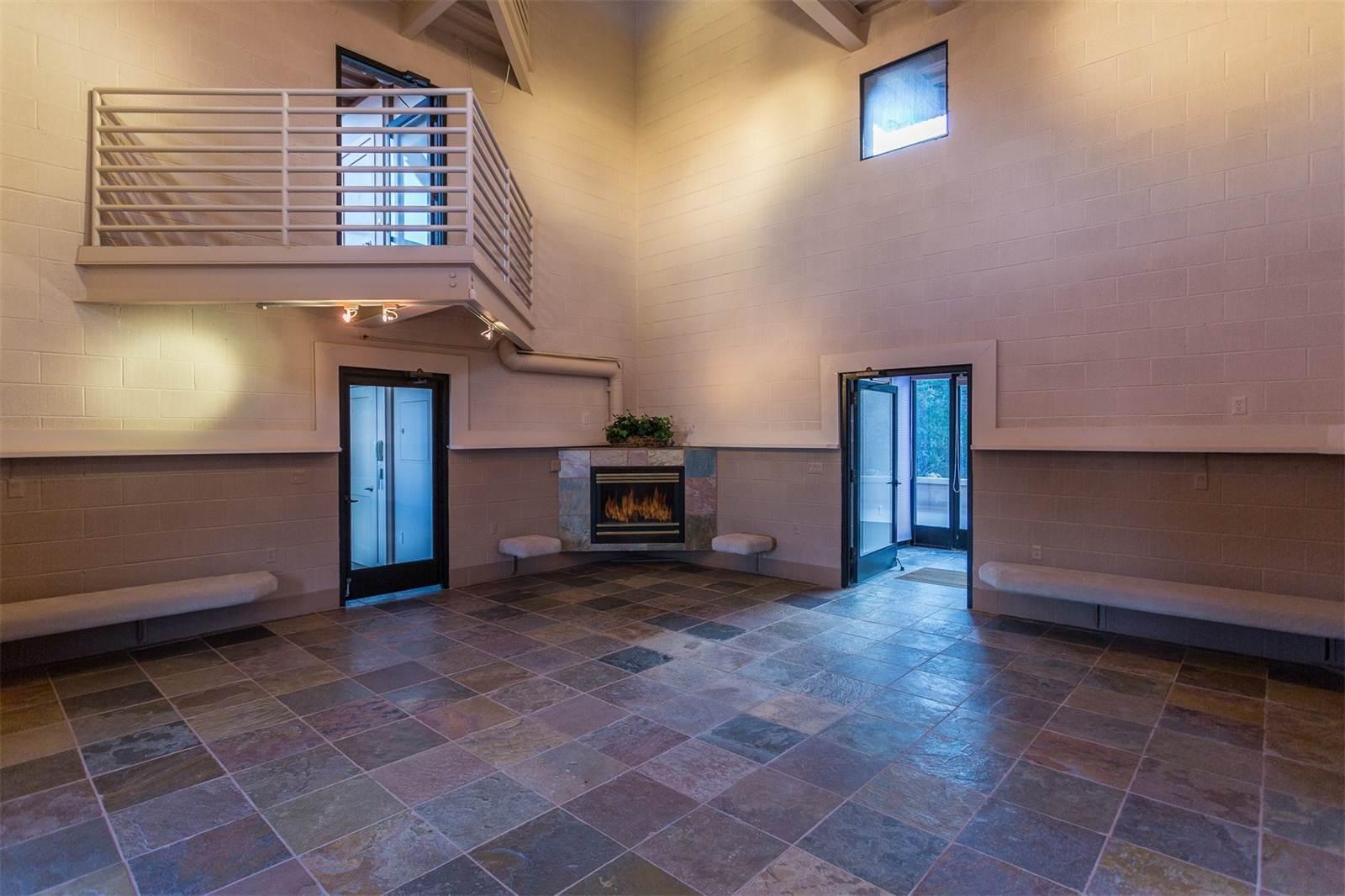 Одной изособенностей «Соколиного гнезда» является отсутствие системы отопления: дом накапливает тепло днем идержит его всю ночь, поясняет архитектор