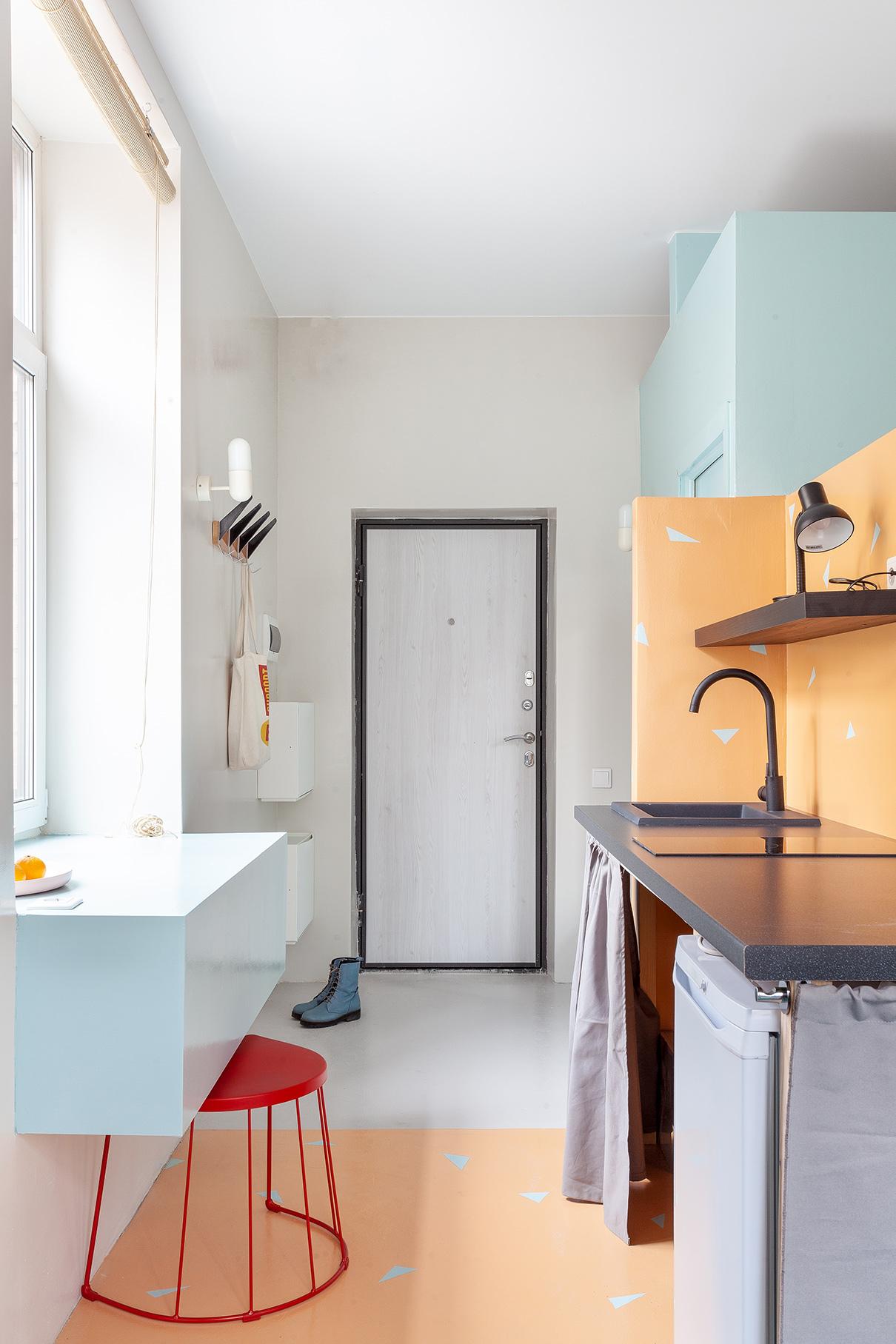 Для визуального расширения пространства дизайнеры использовали в отделке только два отделочных материала— краску на стенах и полу и ковролин на подиуме