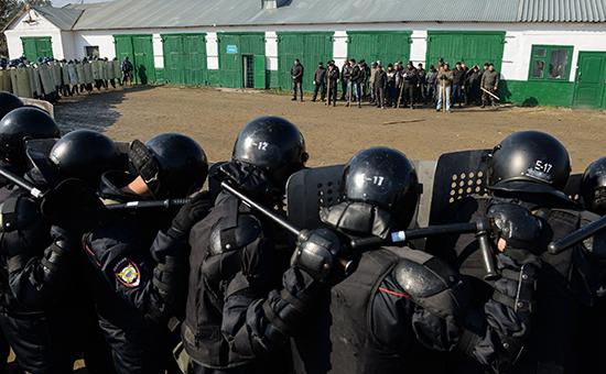 Бойцы отделов специального назначения ФСИН России задерживают условных бунтовщиков во время учений. Фото: октябрь2015 года