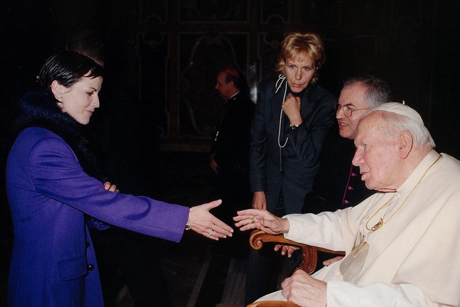Долорес О'Риордан на встрече с папой римским Иоанном Павлом II в Ватикане 14 декабря 2001 года