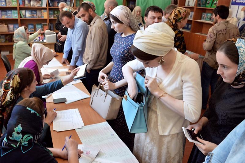 Жители Грозного наизбирательном участке вовремя предварительного голосования закандидатов отпартии «Единая Россия», выдвигаемых навыборы вГосударственную Думу РФ